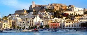 Ibiza Eivissa ville avec vue sur la mer bleue de la Méditerranée la ville